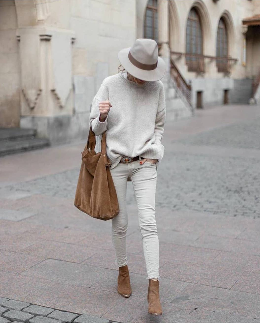 3 Accessories That Every Woman Needs This Season — @rebelattitude in neutral hat, sweater, skinny jeans and camel bag and boots