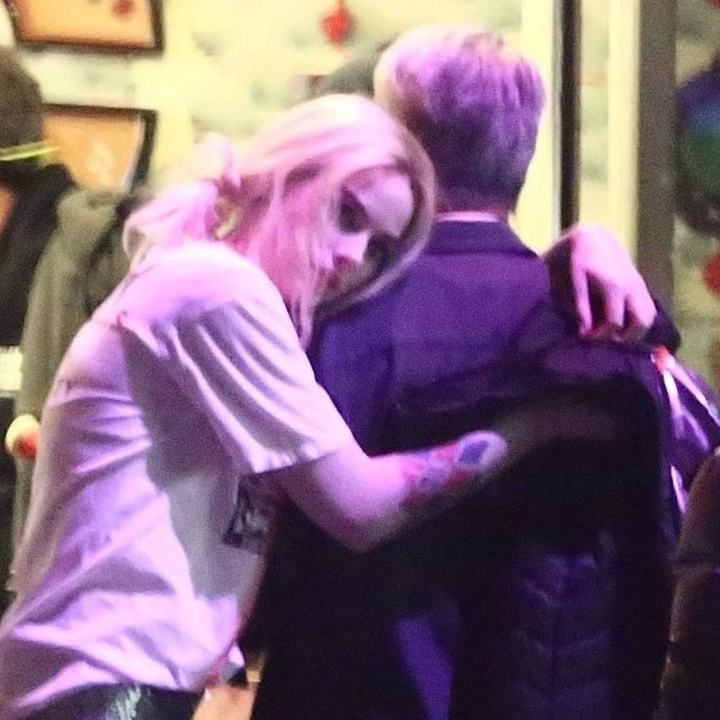 Margot Robbie filming the night scene of Birds of Prey : DCコミックスの戦うヒロイン映画「バーズ・オブ・プレイ」の夜のゴッサム・シティで、住みかを失ったのか、荷物を抱えて、しょんぼりのハーレー・クインのマーゴット・ロビー ! !