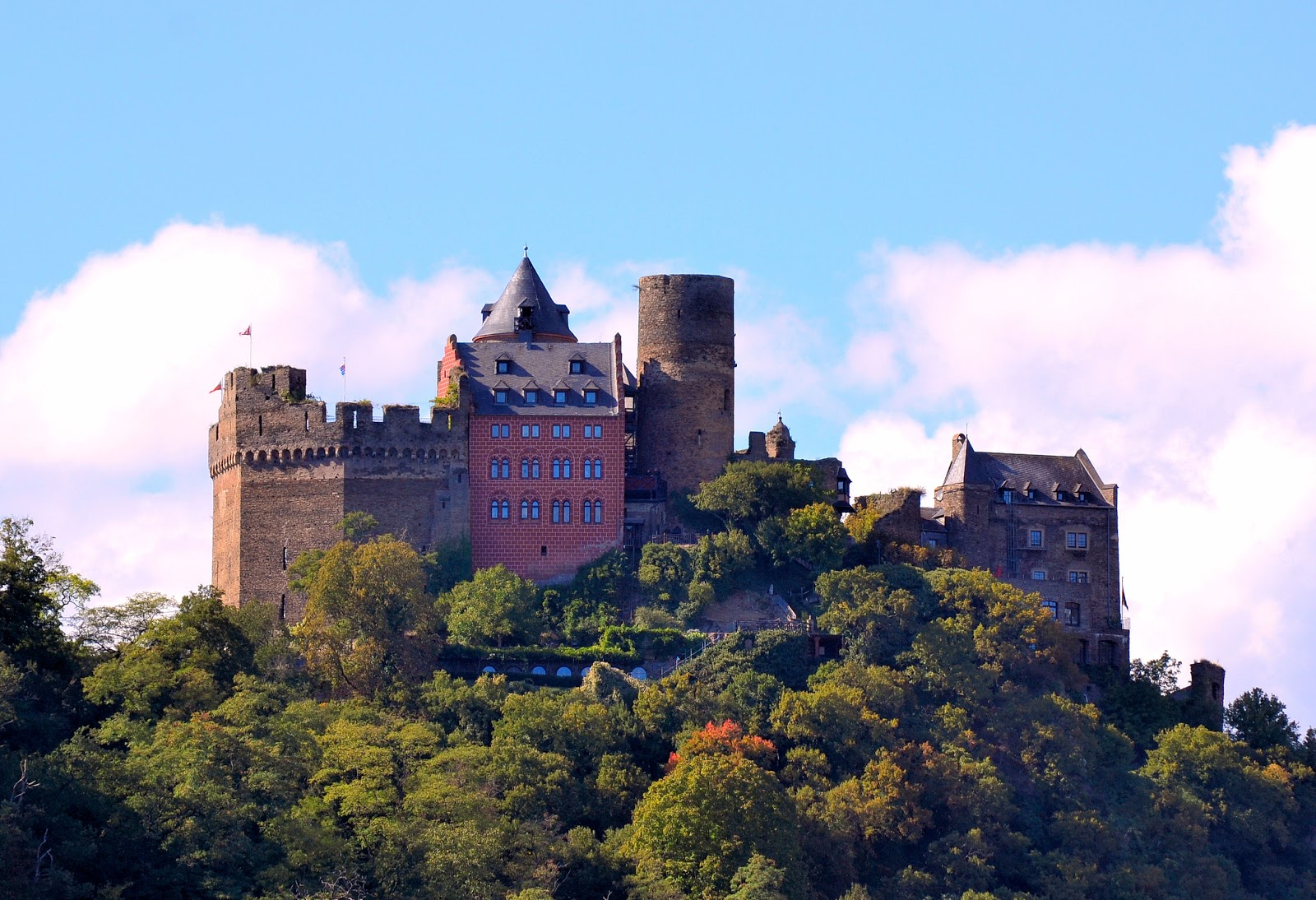 Today, the Schönburg Castle is home to a hotel, restaurant and adjacent Youth Castle Hotel.