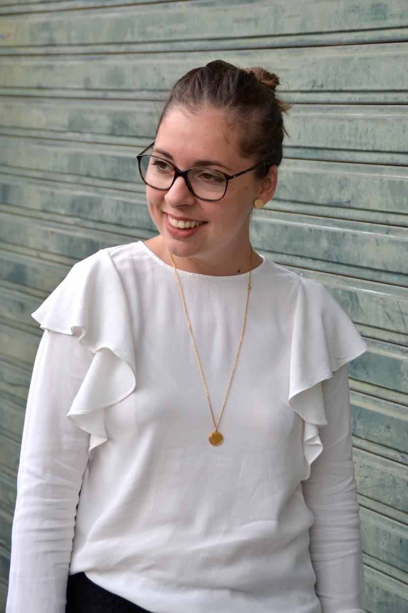 Pantalon jogger H&M, blouse a volants blanche H&M, collier backstage store.