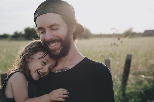 Onnellinen isä ja lapsi
