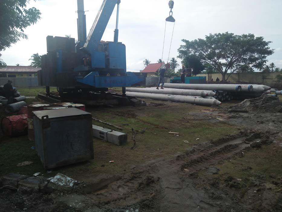 Kegiatan pembangunan gedung baru Kantor Bappeda Kota Tanjungbalai masih pemancangan tiang beton untuk pondasi dengan menggunakan alat berat