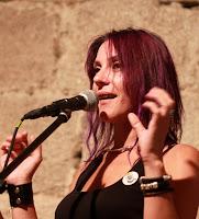 http://musicaengalego.blogspot.com.es/2015/09/fotos-rochi-novoa-na-noite-nas-minas-do.html