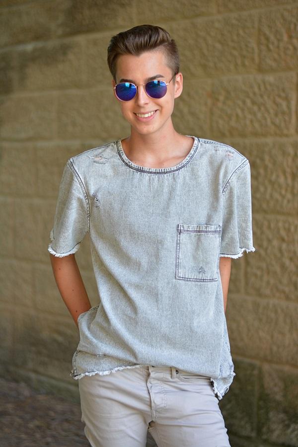 nickelbrille und graues shirt
