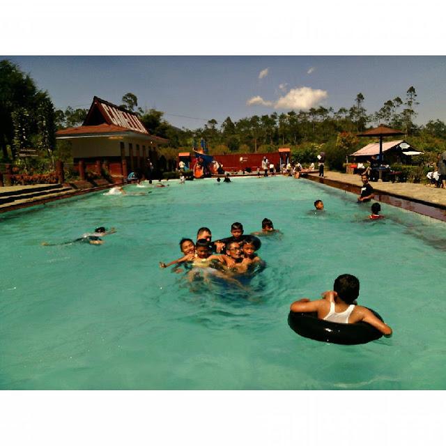foto suasana di kolam air panas cibolang
