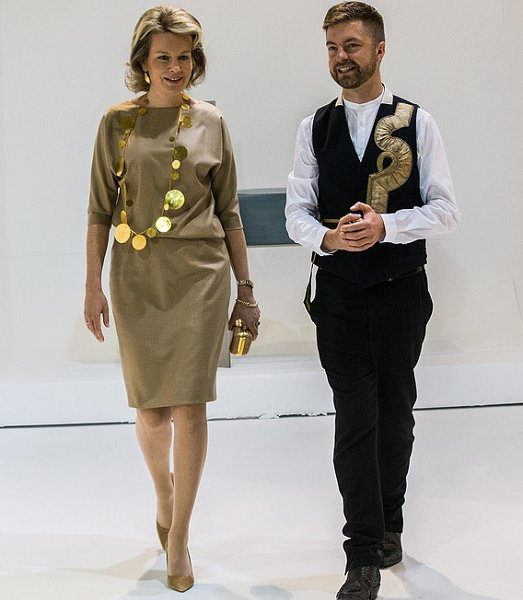 Queen mathilde visits the 2016 biennale interieur exhibition newmyroyals hollywood fashion for Interieur 2016