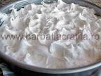 Tort cu bezea crema de ciocolata preparare reteta - inainte de a fi dat la cuptor