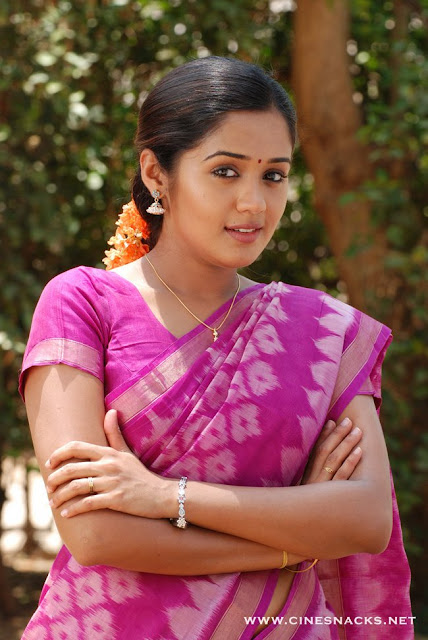 ANANYA IN BEAUTIFUL SAREE HOT