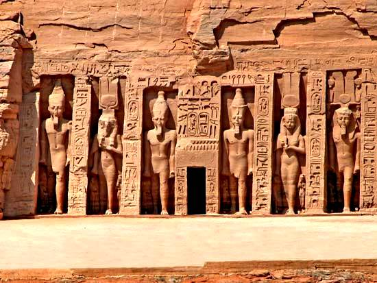 Templo de Hathor y Nefertari, el más pequeño de dos templos en Abu Simbel,