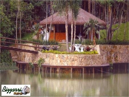 Na borda do lago construímos o muro de pedra com o deck de madeira em volta e o quiosque de piaçava com a construção da churrasqueira.