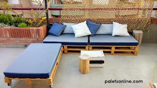 terraza con Europalet y colchones en azul Paletsonline.com