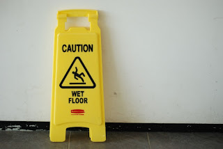 Τραυματισμός πελάτη καταστήματος λόγω ολισθηρότητας του δαπέδου