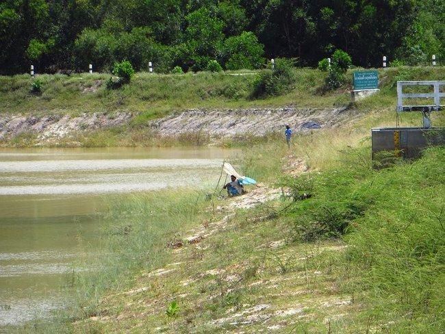 Рыбак у озера