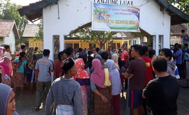 Gara-gara Pohon Banten, Kantor Desa Tanjung Luar Dirusak