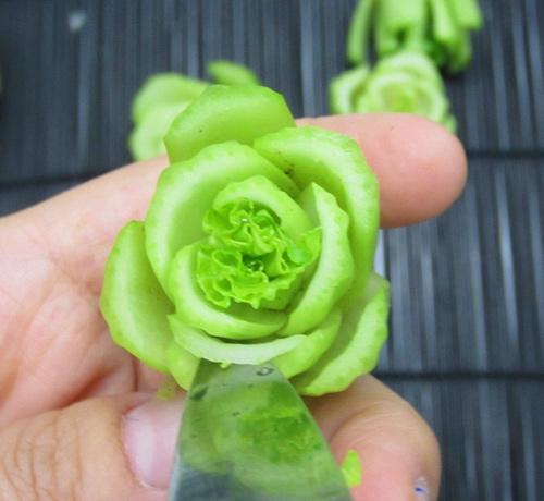 Cách tỉa hoa trang trí món ăn từ rau củ 4
