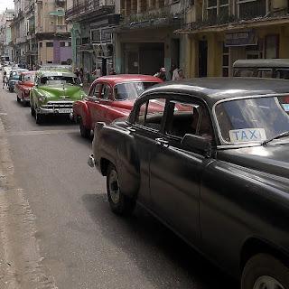 Kuba, Havanna, Centro. Dicht auf dicht fahren alte Straßenkreuzer die Galiano entlang, alles Colectivos.