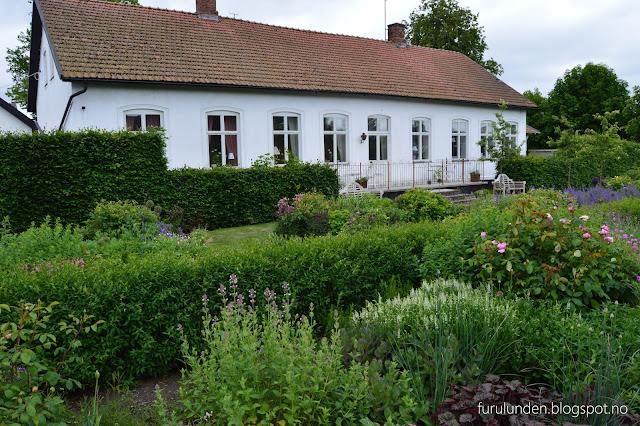 Historikk og oppskrift på en cottage garden. Huset og hagen på avstand