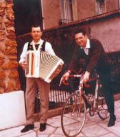 Louison Bobet joue de l'accordéon