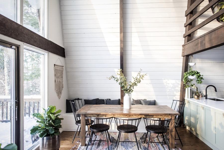 Skandynawski dom z elementami boho - wystrój wnętrz, wnętrza, urządzanie mieszkania, dom, home decor, dekoracje, aranżacje, minty inspirations, styl skandynawski, naturalne drewno, drewniana podłoga, boho, scandinavian style, otwarta przestrzeń, kuchnia, kitchen, aneks kuchenny, drewniane belki, jadalnia, drewniany stary stół, makrama, ławka