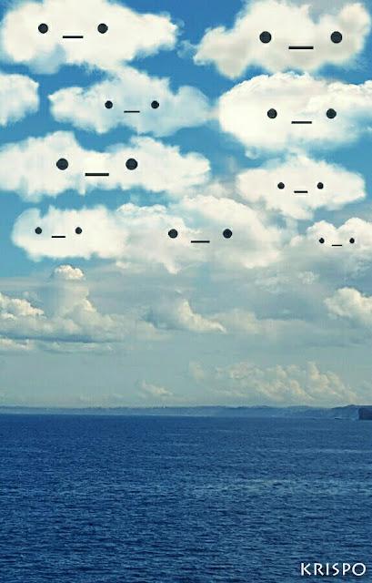 varias nubes con ojos y bocas sobre el mar
