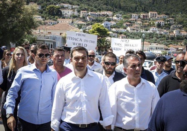 Ο Τσίπρας άρχισε τις χειραψίες στο δρόμο... «μύρισαν» οι εκλογές