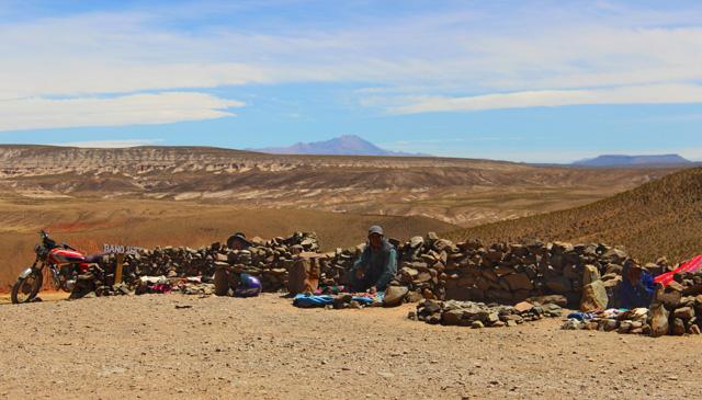 Puestos protegidos del viento con rocas, en el mirador de San Pablo de Lípez