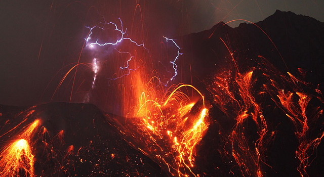 """Spectacular!"" Mount Sakurajima, Japan, ejects ash and smoke 4,000 meters in the air Sakurajima-640x350"