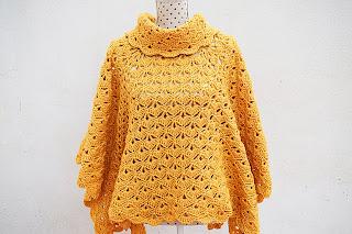 Imagen primer plano del poncho amarillo a crochet.