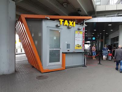Cabina para comprar el ticket del taxi del aeropuerto a Budapest