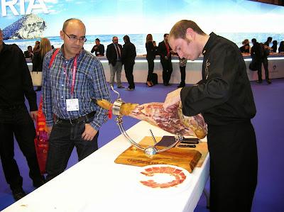 Degustación de jamón, Fitur, Feria intenacional de turismo, Madrid, La vuelta al mundo de Asun y Ricardo, round the world, mundoporlibre.com