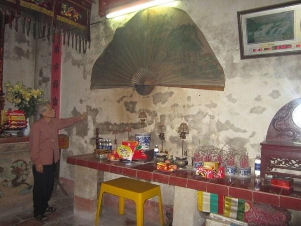 Tường tại khu vực cung Mẫu bị ẩm, mốc, bong tróc.