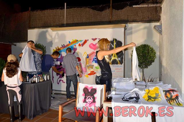 Graffitis sobre camisetas en fiesta de cumpleaños