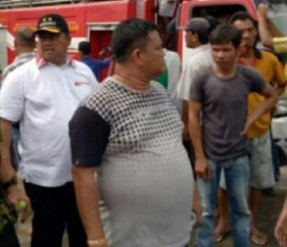 Bupati Labura Kharuddin Syah meninjau mobil pemadam kebakaran.