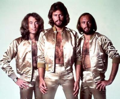 Foto de Bee Gees con el pecho descubierto
