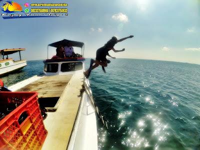wisatawan meloncat di kapal