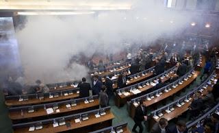 Κόσοβο: Βουλευτές της αντιπολίτευσης έριξαν δακρυγόνα μέσα στο Κοινοβούλιο