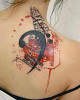 tatuaje de musica en la espalda