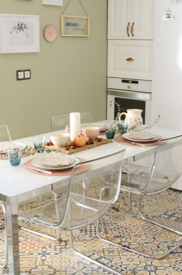 mesa completa decorada en la cocina