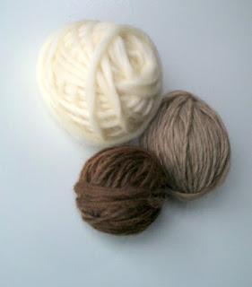 fios nas cores naturais, branco, preto e mouro,fiados manualmente