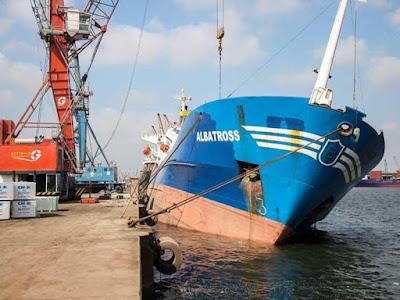 سفينة بميناء دمياط