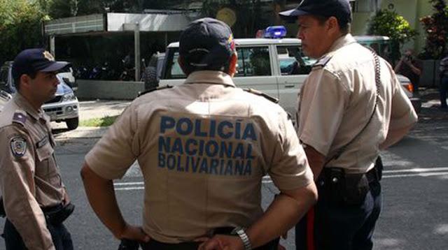 PNB ebrio chocó su patrulla contra un árbol en el Boquerón 2 hacia la Guaira