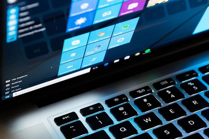 laptop yang menjalankan sistem operasi windows 10