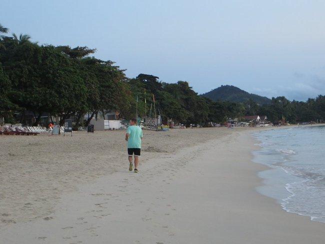пробежка на пляже Самуи, Таиланд