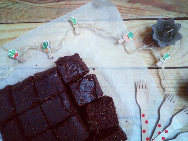 Brownie de pasta de sésamo, AOVE, chocolate y miel. Tahine, tahina, tahini. Cuca. Postre fit healthy saludable