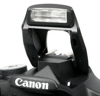 Pop Up flash atau flash bawaan kamera DSLR yang memiliki fungsi sebagai pencahayaan. Namun flash internal ini fungsinya kurang maksimal dibandingkan dengan flash external
