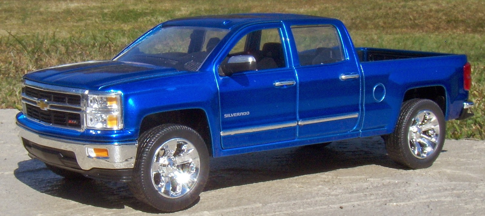 Jada Toys 1 24 2014 Chevy Silverado 1500 LTZ   Two Lane Desktop When it comes to evolutionary change  it can be a good or bad thing  In the  case of the 2014 Chevy Silverado and GMC Sierra it was not a good thing  since