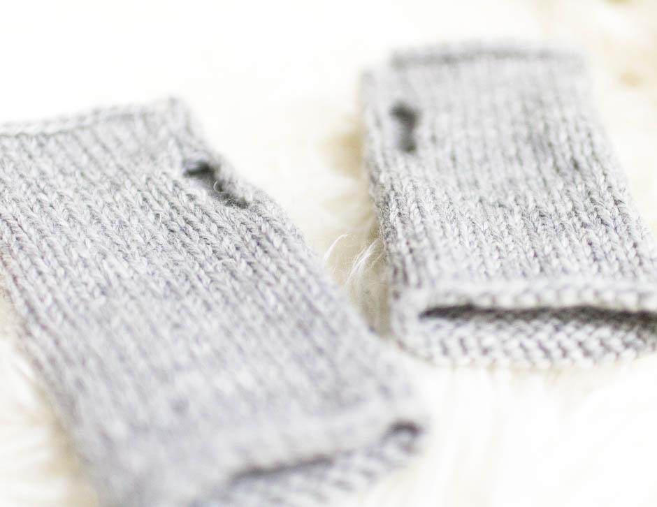 Tee neulotut kynsikkäät helpolla ohjeella. Nopea työ, joka valmistuu yhdessä illassa! Katso blogista ohje.