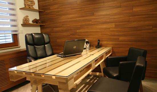 Desain meja kantor unik dari palet bekas
