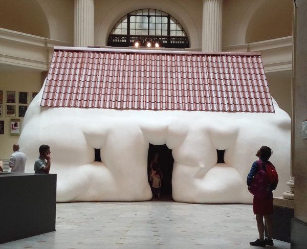 Exposição O corpo é a casa do artista Erwin Wurm no CCBB RJ