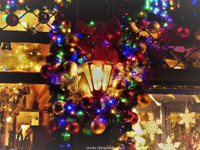 świąteczna dekoracja, wieniec , latarernka, bombki, gwiazdki. świecidełka